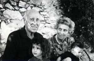 Ferrante Gorian con la moglie Albertina e i nipotini